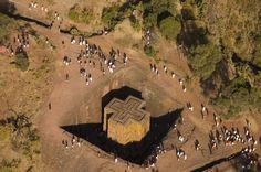 __LALIBELA // ETIOPÍA__ Las iglesias sagradas, la ciudad bajo tierra, la última morada de la arca de la alianza. Lalibela es una ciudad monástica del norte de Etiopía, la segunda ciudad santa del país, después de Aksum; es un importante centro de peregrinación. Su población pertenece casi en su totalidad a la Iglesia ortodoxa etíope.