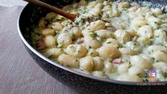 Gli gnocchi, diffusi nel mondo, avvolgono bene sughi di verdure, carne o pesce. Possono essere di patate, mascarpone, ricotta o acqua. Gnocchi delicati.