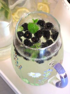 Spring Drink: Blackberry Elderflower Spritzer with Mint Refreshing Drinks, Fun Drinks, Healthy Drinks, Beverages, Party Drinks, Healthy Snacks, Smoothies, Savarin, Non Alcoholic Drinks