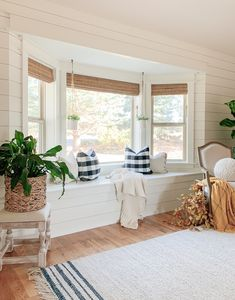 Home Decoration Romantic Fabulous and Fresh Farmhouse DIYs and Ideas - The Cottage Market.Home Decoration Romantic Fabulous and Fresh Farmhouse DIYs and Ideas - The Cottage Market Quinta Interior, Fresh Farmhouse, Home Living Room, Bay Window Living Room, Living Room With Bay Window, Apartment Living, Living Room And Kitchen Together, Country Cottage Living Room, Living Room Furniture Sale