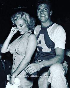 Marilyn Monroe & Dale Robertson at the Hollywood Stars vs All Stars Charity Game. At Gilmore Stadium Los Angeles, Ca. Hollywood Stars, Classic Hollywood, Old Hollywood, Veronica Lake, Marilyn Monroe Photos, Marylin Monroe, Joe Dimaggio, Brigitte Bardot, Gene Kelly