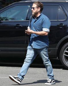 Jonah Hill é visto bem mais magro. Mas o que chamou atenção mesmo foi sua escolha de visual full jeans. Aprenda a copiar (Foto: AKM-GSI) Chubby Men Fashion, Tall Men Fashion, Mens Fashion, Dapper Gentleman, Gentleman Style, Jonah Hill, Jeans Sobre Jeans, Fit Men Bodies, Burberry Men