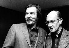 Carlos Drummond de Andrade (dir.) ao lado do compositor Antonio Carlos Jobim em registro realizado em 1973