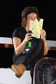 Harry on stage in Foxborough, Massachusetts (Night 1) 8.7.14