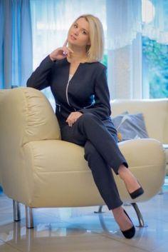 Komplet Rimini MARIE - popielaty - żakiet ze spódniczką w kolanko lub spodniami cygaretkamiObecnie projektujemy i szyjemyszeroki asortyment odzieży damskiej na rynek polski i zachodni:żakiety, sukienki, kostiumy, garnitury damskie, tuniki, bluzki,spódniczki, spodnie, kurtki i płaszcze  - większość wrozmiarach od 36 do 50.Mamy unikalny design. Szyjemywyłącznie na niemieckich lub włoskich wkładach także większośćnaszej odzieży może być prana i jest trwała.Paczki wysyłamy kurierem…