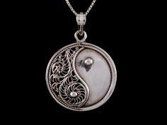 Beau pendentif en argent massif, représentant le symbole yin yang. ---------------------------------------------------- Silver Pendant representing the symbol Yin-Yang. The pendant is decorated with filigree.
