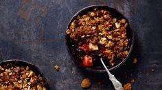 Æblecrumblekager med blåbær, mandler og Bastognekiks | Femina