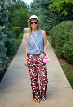 An awesome outfit for an inverted triangle body shape. The streamlined tank helps minimize a broader top while the bold printed pants and pink crossbody purse draws to a smaller lower half. Via Because Shanna Said So. Learn your body shape and if this outfit is right for you at Styletruist.com!