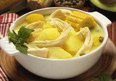 El Ajiaco bogotano es una deliciosa sopa a base de papa y pollo. Va acompañado de aguacate, mazorca, crema de leche y alcaparras. ¡Delicioso! especialmente para los días fríos y lluviosos