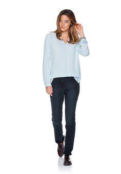 Klassischer Schnitt, modische Optik. Diese elegante Five Pocket-Jeans beeindruckt mit individuellem Style. Das an fantasievolle Ranken erinnernde Jacquard begeistert und rückt diese klassische Five-Pocket-Jeans in den modischen Mittelpunkt. Dennoch ist das Muster bei dieser Damenjeans über die Indigo-Tonigkeit recht zurückhaltend und gibt dem Denim eben nur eine neue, feminine Optik. Damit präs...