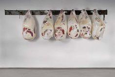 古着で肉塊を表現し、屠殺場や肉屋を再現したインスタレーション作品