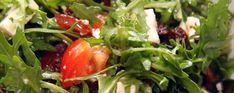 Ruccolasalat med soltørkede tomater og fetaost Comfort Food, Feta, Stuffed Peppers, Vegetables, Lettuce Recipes, Stuffed Pepper, Food Items, Tomatoes, Pool Chairs