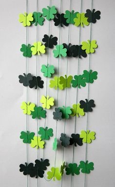 Clover garland, clover banner, St Patricks Day banner, Clover decor, Clover decoration. Irish decoration, Irish party decor, Irish Wedding    Looks great on or around your table, hanging in the wall, the door, the window, the shelves... or hung them with tape from the ceiling! With the required security cautions you can hang them from lamps and make a beautiful circles cascade.    An inexpensive way to decorate!    ★ ITEM DESCRIPTION  Clover garland. Price per strand of the length of your…