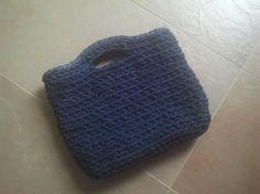 Bolso de mano azul marino confeccionado en crochet