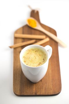 This turmeric latte is perfect for those of you that want a healthy alternative to coffee. We love it because is so delicious, healthy and creamy. Tumeric Latte, Turmeric Tea, Tea Recipes, Coffee Recipes, Drink Recipes, Paleo Recipes, Curcuma Latte, Latte Recipe, Vegan Blogs