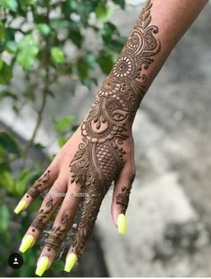 Girls paint their hands and legs with lovely and pretty new mehndi designs. These stunning mehndi designs are perfect for everybody. Indian Henna Designs, Back Hand Mehndi Designs, Mehndi Designs For Girls, Simple Arabic Mehndi Designs, Mehndi Designs 2018, Dulhan Mehndi Designs, Modern Mehndi Designs, Wedding Mehndi Designs, Mehndi Design Pictures