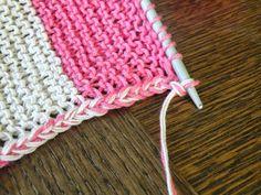 Jag har stickat en randig babyfilt i bomullsgarn och för att slippa fästa trådar efter varje färgbyte lät jag tråden följa med upp till n...
