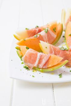 Melon salad with Parma ham slices couldn't be any easier to prepare. Finish off with a drizzle of olive oil and freshly ground salt and pepper. Prosciutto, Melon And Proscuitto, Great Appetizers, Appetizer Recipes, Salad Recipes, Wine Time, Latte Art, Mozzarella Caprese, Clean Recipes