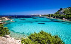 Bucht mit kristallklarem Wasser auf Sardinien