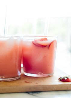 This pink drink is my interpretation of the Starbucks drink. This naturally swee… This pink drink is my interpretation of the Starbucks drink. This naturally sweetened hibiscus punch recipe is fresh, fruity and super refreshing. Pink Drink Recipes, Pink Drinks, Punch Recipes, Tea Recipes, Summer Drinks, Tazo Passion Tea, Cookie Kate, Smoothies, Bebidas Detox