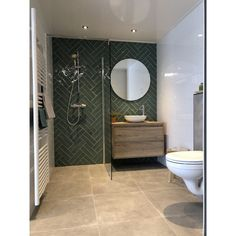 Visgraat tegels Jade groen met eiken badmeubel You are in the right place about bathroom blue Here we offer you the most beautiful pictures about the modern bathroom you are lookin Modern Master Bathroom, Minimalist Bathroom, Modern Bathroom Design, Bathroom Interior Design, Small Bathroom, Bathroom Mirrors, Oak Bathroom, Framed Mirrors, Bathroom Furniture
