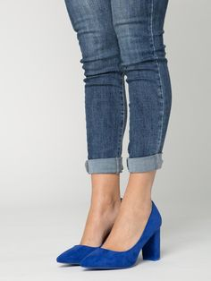 Zapato Amelia Azul Klein - Zapato de ante en colorazul klein. Tacón ancho de aproximadamente 8 Cm de alto. - Calzado que marca tendencia a precios económicos de Presagio Boutique. Gastos de envío gratis a partir de 45€ y envío en 24/48h.