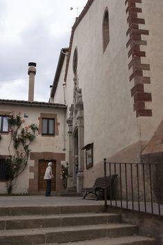 L'Església de Sant Martí es troba situada just al davant del casal d'avis, la Flor del Montseny, facilitant l'entrada dels feligresos d'edat més avançada a la missa del diumenge al matí, al Poble de Viladrau, Osona, Catalunya.