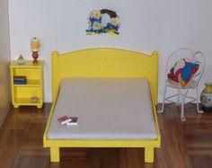 Ähnliche Artikel wie Hölzerne Puppe Bett mit Bettwäsche / Playscale Bett / Bett für Barbie-Puppe / moderne Puppe Bett / 11 Zoll Puppe Bett auf Etsy