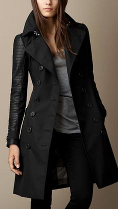 Trench Coat negro, camiseta gris.