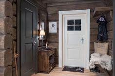 Innflyttingsklar HYTTEDRØM på utsiktstomt - Norefjell | FINN.no Cottage Interiors, Cottage Homes, Cottage Style, Timber House, Wooden House, Cozy Cabin, Cozy House, Grey Interior Paint, Mountain Decor