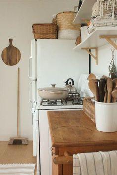 Baskets , kitchen towels // Living With Kids: Amelia Hahnke Kitchen Shelves, Kitchen Dining, Kitchen Decor, Kitchen Ideas, Owl Kitchen, Kitchen Wood, Kitchen Towels, Kitchen Storage, Cozinha Shabby Chic