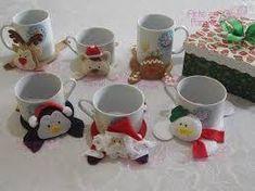 Christmas mug rugs Christmas Sewing, Christmas Mugs, Christmas Time, Christmas Ornaments, Felt Crafts, Diy And Crafts, Christmas Crafts, Felt Coasters, Felt Christmas Decorations