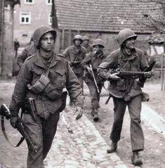 WW2-Photo-WWII-US-Soldiers-Europe-M1-Garand-P38-Wine-BAR-World-War-Two-1418 #souvenir