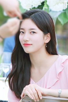 Suzy is working on selecting her next project! Kpop Girl Groups, Kpop Girls, Korean Beauty, Asian Beauty, Korean Celebrities, Celebs, Miss A Suzy, Song Hye Kyo, Bae Suzy
