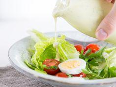 Klassisches Joghurtdressing mit Senf und Schnittlauch