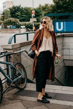 Maxi casaco marrom, slip dress, calça cropped de alfaiataria