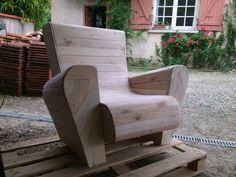 Voici un fauteuil club et une table de jardin entièrement fait en palette.