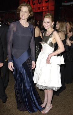 Kirsten Dunst (with Sigourney Weaver) in a Fall 2002 cocktail dress with 50s silhouette and embroidered bodice. 2002 Golden Globe Awards. This dress was polemic four years later because Reese Witherspoon wore it and she was told she was wearing a vintage creation.