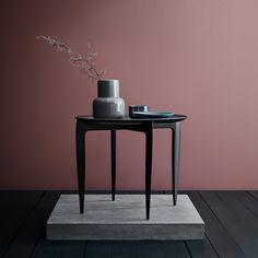 Det elegante bordet ble designet og laget i 1958 av Willumsen & Engholm. De var begge godemøbelsnekkere som jobber hos Fritz Hansen, og bordet viser at de også var talentfulle designere. I 2016 ble Fritz Hansen Objects født. Og helt siden har de mest fantastiske objekter lagt til en ny skjønnhet til vakre hjem. Objektene forbedrer Fritz Hansens samling og beriker det med tilbehør til designkunnskap og kvalitetsorientert hjem.