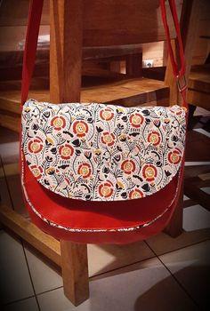 Sac Musette en simili rouge et imprimé fleurs cousu par Delphine - Patron Sacôtin