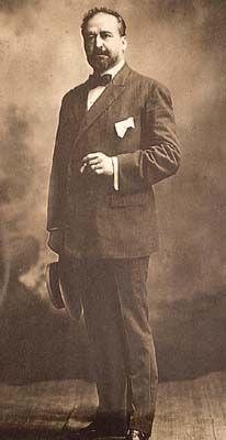 """Vicente Blasco Ibáñez, nació en Valencia en 1867 y falleció en Francia en el año 1928. Miembro de la """"Generación del 98"""" y conocido mundialmente gracias a su #novela """"Los cuatro jinetes del apocalipsis y de sangre y arena"""". Una obra que sería protagonizada en la gran pantalla por Rodolfo Valentino.  Republicano convencido, puso en marcha """"el blasquismo"""" y sus obras se corresponden con la corriente imperante del """"Naturalismo"""" y con elementos costumbristas."""