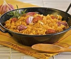 Migas Extremenas: Extremadura dish of shredded bread fried with sausage, bacon and garlic. Tapas, Spanish Dishes, Spanish Food, Mediterranean Recipes, Lunches And Dinners, Main Meals, Food Inspiration, Mexican Food Recipes, Food To Make