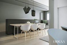 idées déco couleur grise, table rectangulaire en bois massif et sol en parquet massif