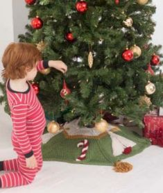 Free knitting pattern for a candy cane tree skirt Christmas Cable Knitting Patterns, Christmas Knitting Patterns, Free Knitting, Advent, Knitted Christmas Stockings, Christmas Angels, Christmas Ideas, Knitted Flowers, Knitting Accessories