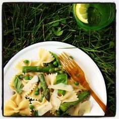 Lang weekend en mooi weer = picknicken. Voor deze pastasalade met asperges kook je 350 g farfalle beetgaar. Spoel onder koud water. Kook in het pastawater 250 g asperges in stukjes 4-5 minuten
