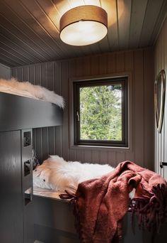 BUD MOTTATT! Spektakulær utsikt fra Fageråsens fineste tomt. Totalrenovert hytte der alt er tenkt på. | FINN.no Cabin Interiors, Wooden Cabins, Ski Chalet, Tiny House, House Plans, Sweet Home, Cottage, Home Decor, Sea Side