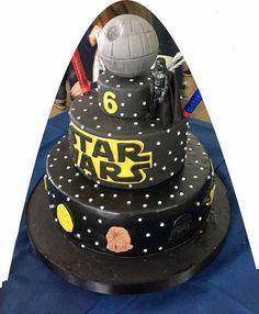 Decorazione a tema star Wars rappresentante la Morte Nera, da porre in cima ad una torta, realizzate su base in polistirolo con diametro 10 cm ed altezza 5 cm e base sferica in polistirolo di 12 cm di diametro. Personalizzabile con letà del festeggiato. Ideale come topper per una torta