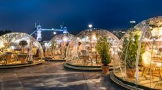 'igloos' for sitting outside in the winter at Coppa Club, near The Tower of London.Clear 'igloos' for sitting outside in the winter at Coppa Club, near The Tower of London. Garden Igloo, Garden Gazebo, Weihnachten In London, London Christmas, London Winter, Nye London, London Kids, Winter Christmas, Christmas Time