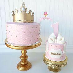 Pretty princess birthday cake with smash cake - 1 Geburtstag - 1st Birthday Cake For Girls, Princess First Birthday, 1st Birthday Decorations, Gold Birthday Cake, Baby Birthday Cakes, Princess Smash Cakes, Smash Cake Girl, Girl Cakes, Tiara Cake