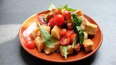 Sycąca sałatka dla tych, którzy pieczywo i pomidory kochają równie mocno.